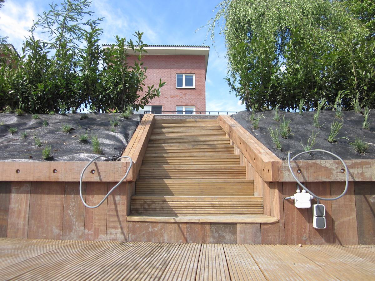 Gerenoveerde achtertuin in winsum hovenier van dijk tuinen groningen - Trap ijzer smeden en hout ...