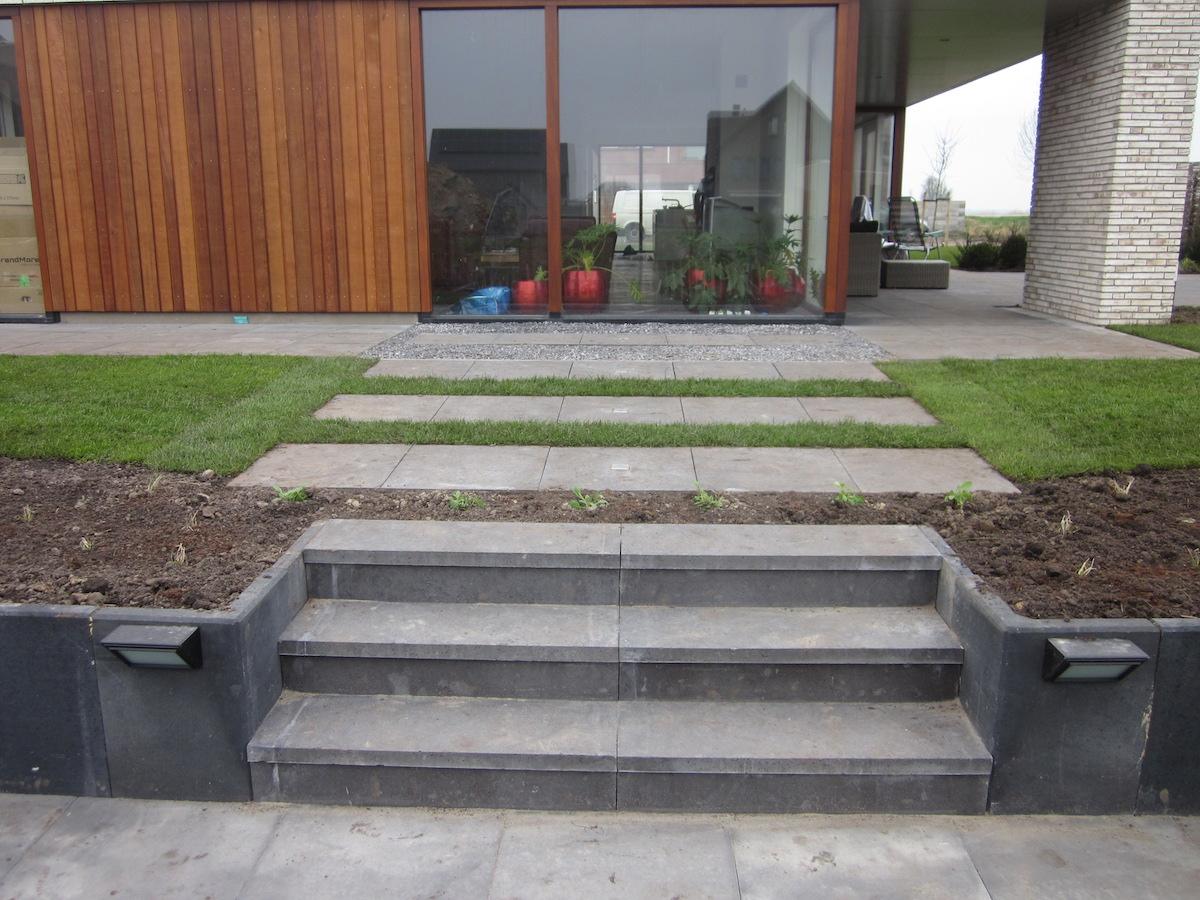 Ontwerp en aanleg nieuwe voor en achtertuin in eelderwolde - Terras eigentijds huis ...